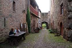 Innenhof der Tannenburg mit Blick zum Burgtor