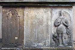 Epitaphe an der Außenwand von St. Marien